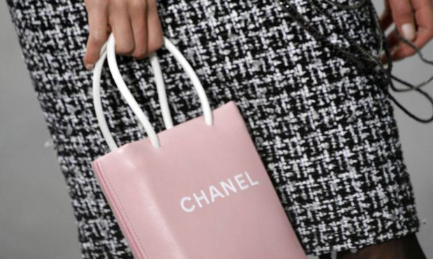 Essenziell. Zwischen Einkaufssackerl und Handtasche. Chanel 2009.