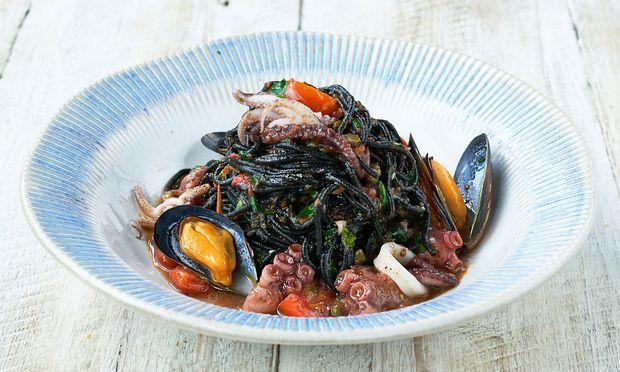 Schwarze Spaghetti mit Tintenfisch und Muscheln