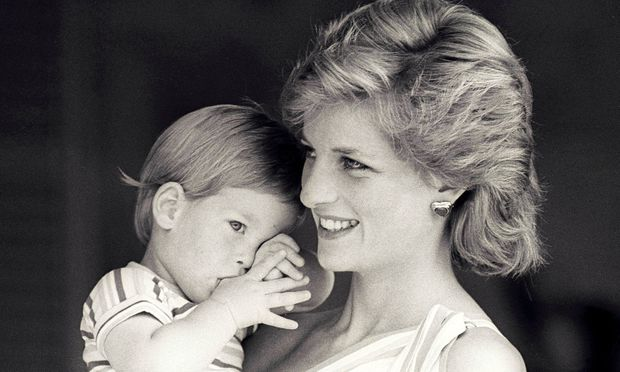 Lady Diana mit Prinz Harry (1988).