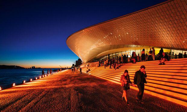 MAAT. Der neue Museumsteil ist eine muschelförmige Halle mit begehbarem Dach.