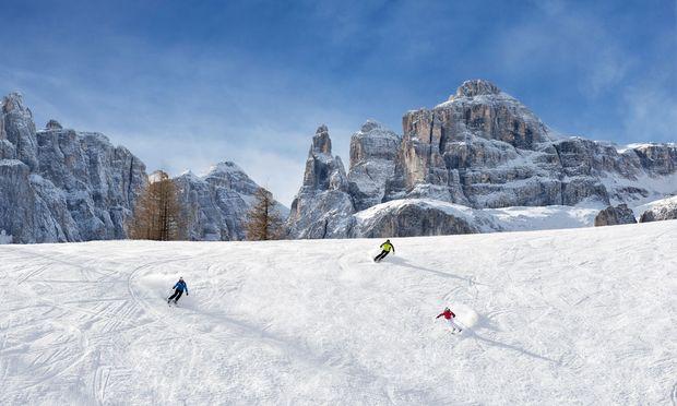 Naturdenkmal. Dolomitengipfel kreisen das Skigebiet ganz ein.