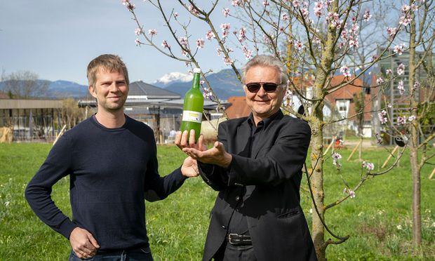 Adelsberger und Gergely von Gut Guntrams mit einer Flasche Apfelsaft