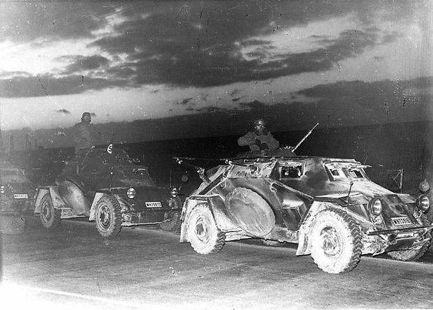 Deutsche Panzerspähwagen am frühen Morgen