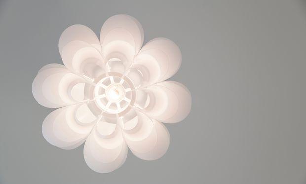 Bastelarbeit. Puzzlelampen sind nicht schwer – ihr Aufbau ist nicht immer leicht.