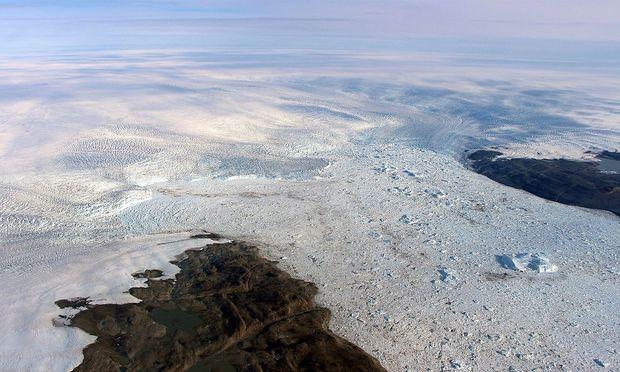 Die Kalbungsfront des Jakobshavengletschers und der Strom an Eis(bergen), der sich ins Meer vor Westgrönland entlädt. Bild von 2016.