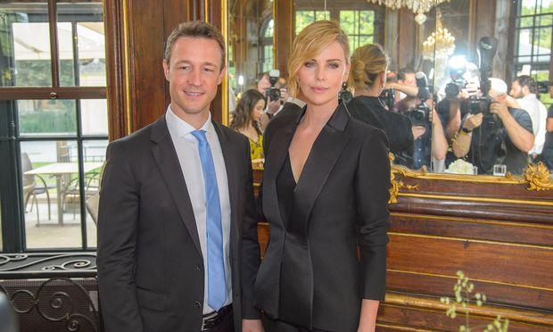 Kanzleramtsminister Gernot Blümel mit der Schauspielerin Charlize Theron vor dem diesjährigen Sommernachtskonzert in Schönbrunn.