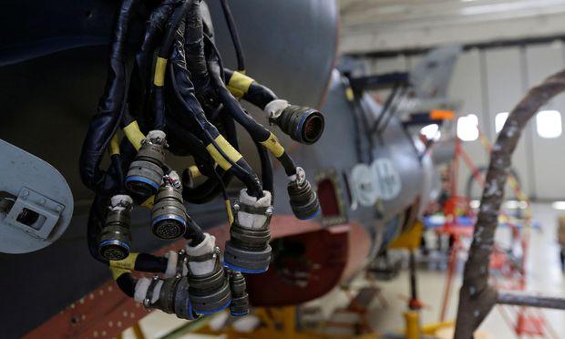Der Flugzeuggast genießt jeden Komfort und will umsorgt werden. Dies wird in einer Flugzeugkabine durch Tausende Sensoren und kilometerlange Kabelstränge gewährleistet. In einem Airbus-Projekt werden die Kabel durch drahtlose Verbindungen ersetzt.