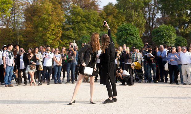 Es gab eine Zeit, da war es peinlich, sich in der Öffentlichkeit so lange selbst zu fotografieren, bis man zufrieden war. / Bild: Getty Images