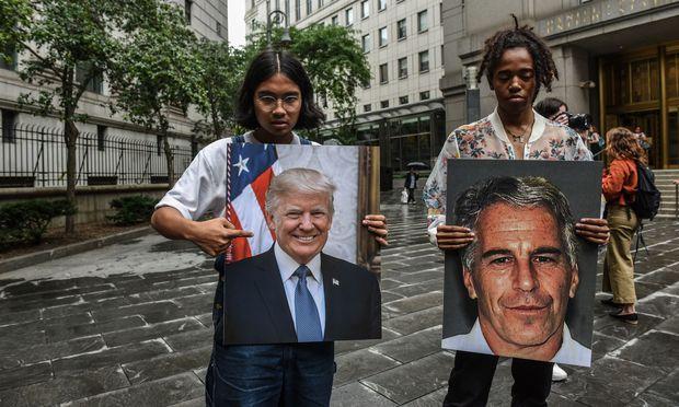 """Eine Protestgruppe namens """"Hot Mess"""" zeigt Bilder von Jeffrey Epstein und Präsident Donald Trump am 8. Juli in New York City vor dem Bundesgericht."""