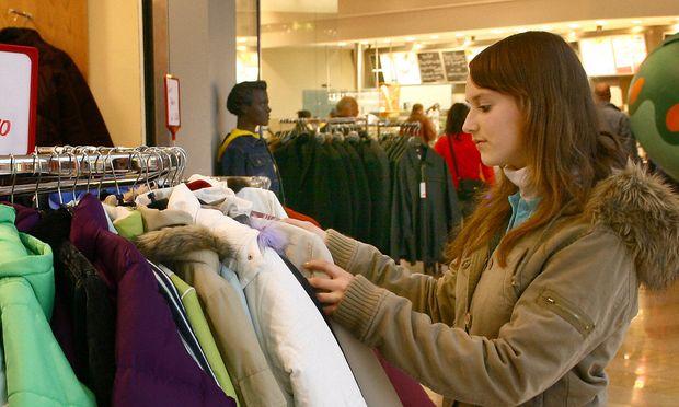 Junge Frau Shopping im Textilhandel