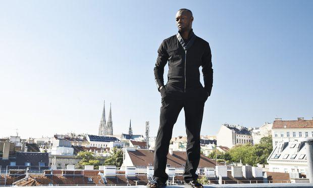 Choreograf Jermaine Browne durfte mit Fotografin Inge Prader für das Foto auf das Dach des Hotels Harmonie Vienna im neunten Bezirk