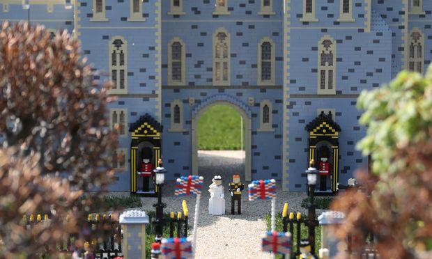 Legoland stellte auch die Hochzeit von Prinz Harry und Meghan Markle nach. Anleger sollten sich lieber den Konzern hinter Legoland ansehen.