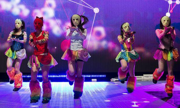 Wer in Japans lukrativer Idol-Szene herausstechen will, braucht ein Gimmick: Bei der Band Kamen Joshi sind es Serienkiller-Masken.