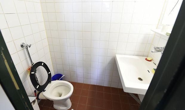 In einer (baugleichen) Toilette der Justizanstalt Wien-Josefstadt wurde Alijew tot gefunden