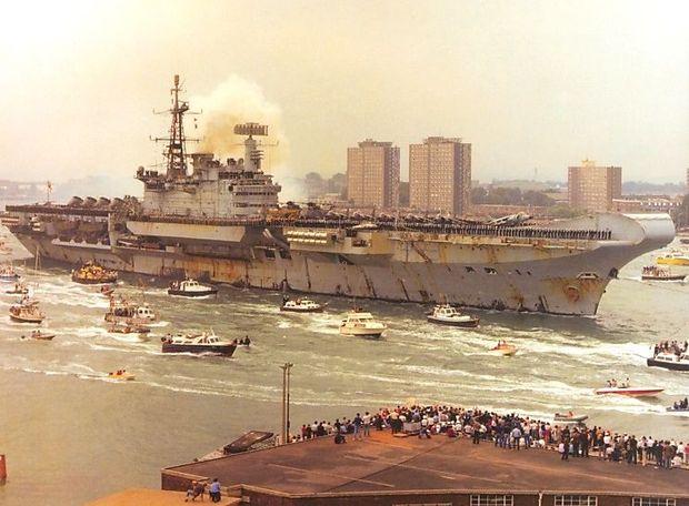 Eine sichtlich erschöpfte HMS Hermes nach der Rückkehr vom Falklandkrieg, Sommer 1982, Portsmouth.