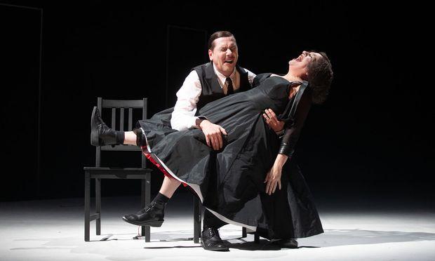 Warten auf das schwarze Nichts: Maria Happel und Michael Maertens als das alte Paar in Eugène Ionescos groteskem Endspiel von 1952.