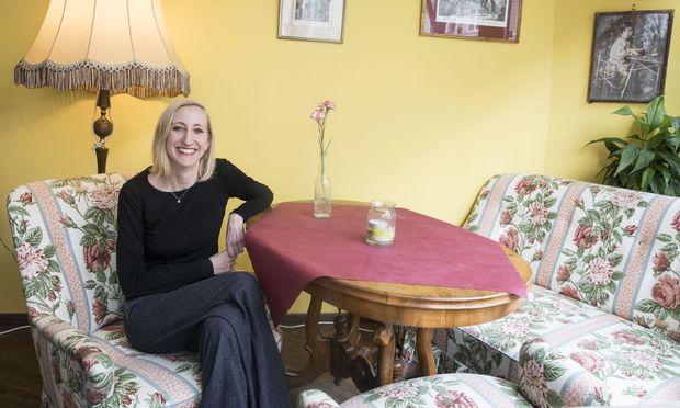 """""""Bei anderen Konzerten tun mir die Musiker inzwischen schon manchmal leid, weil die Leute so viel tratschen"""", sagt Sabine Wagner, hier im Café Wohnzimmer."""