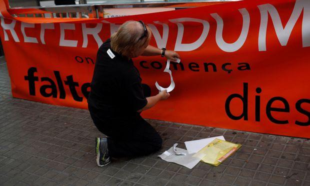 Referendum: Spanien sperrt Luftraum über Barcelona - Katalanen besetzen Wahllokale