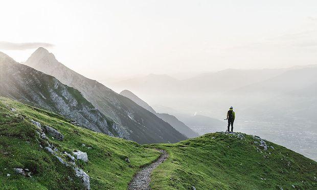 """Weitwandern, von Hütte zu Hütte: Das alpine Wegenetz verdichtet, schließt sich: Hier: einer der Tiroler """"Great Walks"""" – der Goetheweg über Innsbruck, Teilstück des Adlerwegs."""
