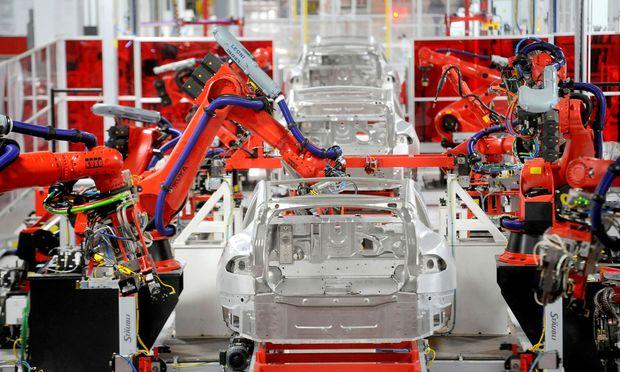 Tesla geht einen ungewöhnlichen teuren Weg um in der Batterie-Produktion schneller voran zu kommen