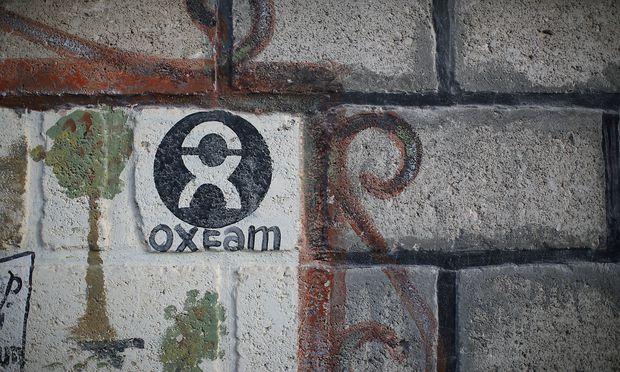 Ein Oxfam-Logo auf einer Mauer in einem Flüchtlingslager auf Haiti. Großbritannien will Oxfam nicht länger finanzieren.