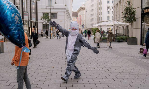 Der Hai nahm die Maske nach der Ermahnung der Polizei ab.  / Bild: (c) Warda Network