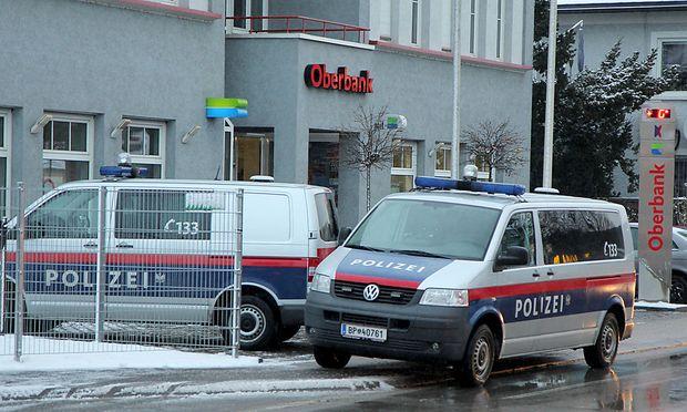 Die Polizei fahndet nach den Bankräubern, die die Oberbank-Filiale in Laakirchen überfallen haben.