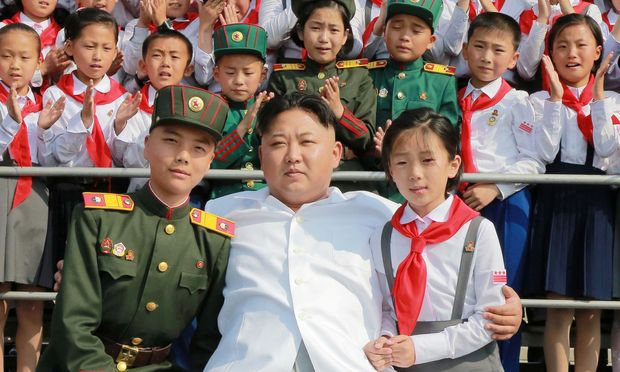 "Kim Jong-un mit Schulkindern bei der Performance ""We Are the Happiest in the World"" anlässlich des 70. Jubiläums der Koreanischen Kinderunion."