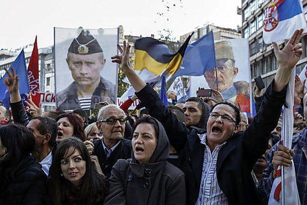 Demonstration in Belgrad mit einem Foto von Wladimir Putin
