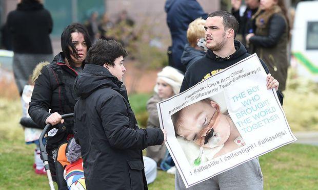 Fall Alfie - Papst bittet um mehr Zeit für medizinische Behandlungen