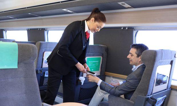 Neuzeitliche Szene in Schwedens Zügen: Die Dauerfahrkarte steckt unter der Haut der Hand des Passagiers und wird vom Zugspersonal per Scanner ausgelesen.