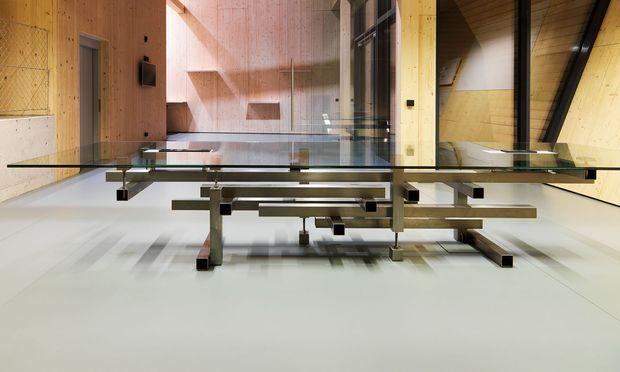 Konstruktiv. Heri & Salli entwarfen Besprechungstisch und das Hauptquartier von FOB.