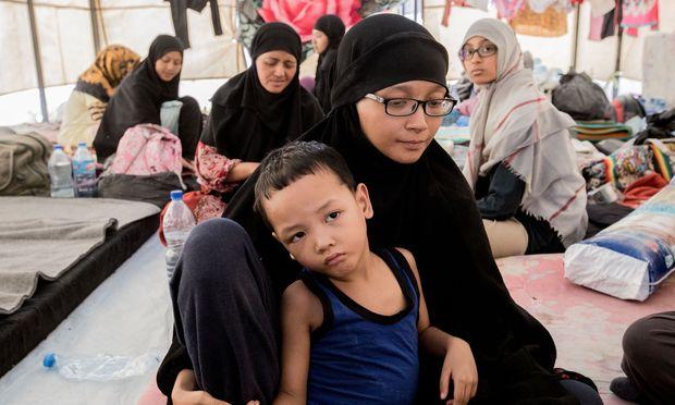 """Von Indonesien ins """"Kalifat"""". Die Familie aus Jakarta schloss sich dem IS an. Nun ist sie auf der Flucht und lebt im Camp Ain Issa."""