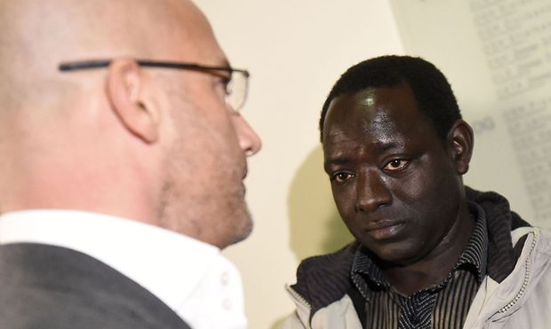 Bakary J. mit seinem Rechtsvertreter
