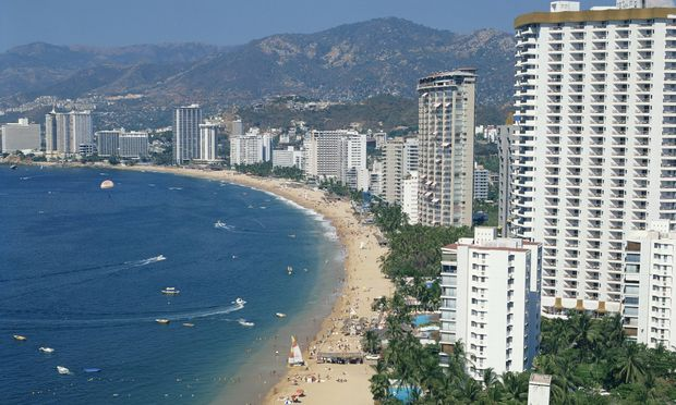 The beach and high rise buildings at the resort of Acapulco Mexico North America PUBLICATIONxINxGE / Bild: (c) imago/robertharding (imago stock&people)