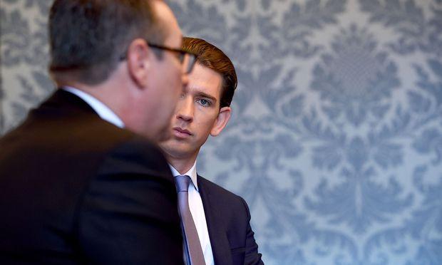Krach wegen der Identitären: Heinz-Christian Strache und Sebastian Kurz. Für den Kanzler eine rote Linie, für den Vizekanzler eine innerparteilich schwierige Situation.