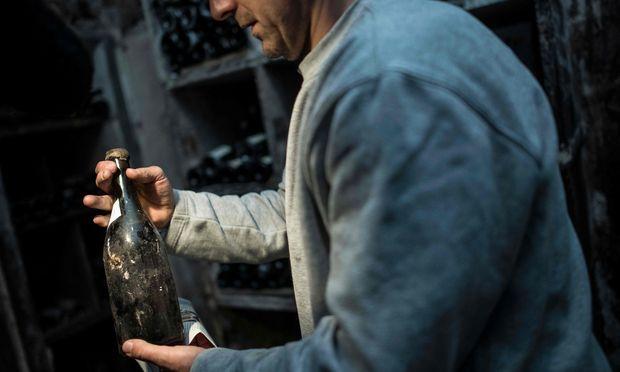 """Echte Oldtimer, die seit Jahrhunderten im Keller schlummern, gibt es nur selten zu kaufen: Drei Flaschen """"Vin Jaune"""" aus 1774 wurden im Mai in Frankreich versteigert: Eine davon erreichte die Rekordsumme von 103.700 Euro."""