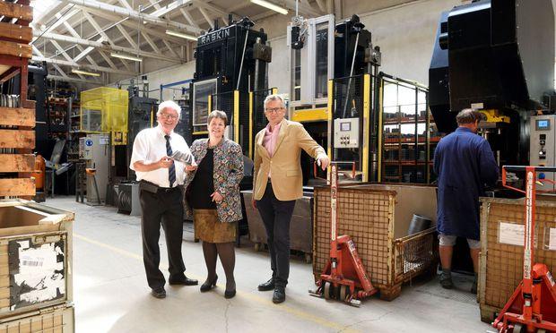 Unter den Cousins Friedrich Riess, Susanne Riess und Julian Riess (v. l. n. r.) wird in Ybbsitz in neunter Generation Geschirr hergestellt.
