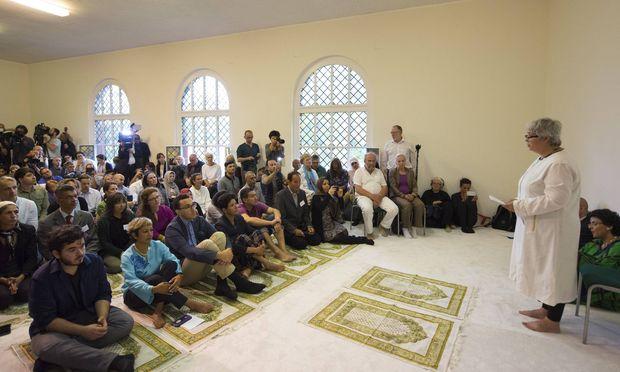 Das erste Freitagsgebet in Berlins neuer liberaler Moschee. Die Initiatorin Seyran Ateş trägt kein Kopftuch. Sie will, dass der liberale Islam Gesicht zeigt.