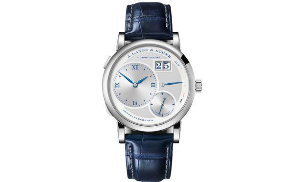 """Die Lange 1 """"25th Anniversary"""" besitzt blaue Anzeigen und ein gleichfarbiges Armband."""