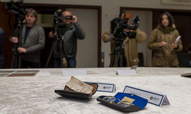 German police presents stolen diaries and other items belonging to former Beatle John Lennon that were recovered, during a news conference in Berlin / Bild: (c) REUTERS (STRINGER)