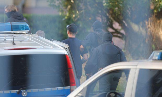 Die Chemnitzer Polizei nachm sechs Verdächtige fest, die einer Terrorgruppe gegründet haben sollen.