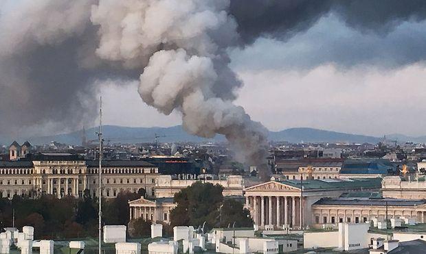 Ein Brand im Dachbereich des Parlaments