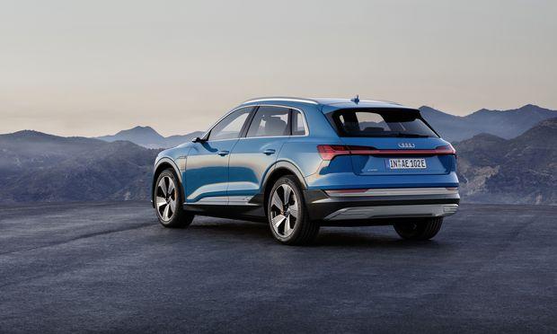 Die durchgehende Lichtleiste hinten wird im VW-Konzern langsam populär – und bietet hübsche Lichtspiele beim Entsperren.