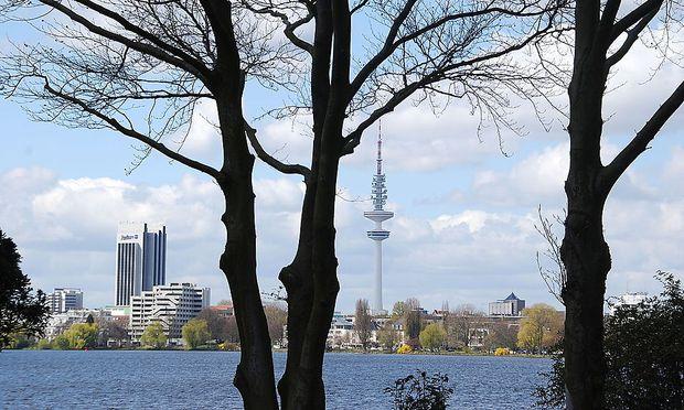 Hamburg: Außenalster mit dem Radisson-Hotel und dem Heinrich-Hertz-Turm