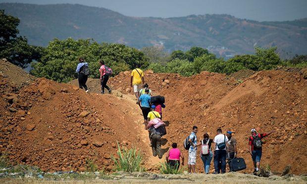 Venezolaner setzen sich nach Kolumbien ab (Bild). Mehrere hundert wurden aber auch nach Ungarn gebracht.