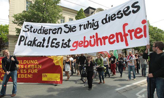 Die ÖH mobilisierte in der Vergangenheit schon öfter gegen Studiengebühren - so wie hier, 2012, bei einer Demonstration in Salzburg / Bild: APA/FRANZ NEUMAYR