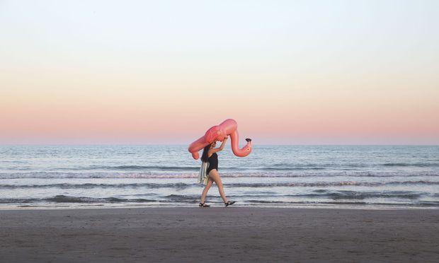 Die pinkfarbenen Paradiesvögel erobern derzeit auch Strände und Pools. Nach den Einhornluftmatratzen sieht man heuer viele Flamingos.