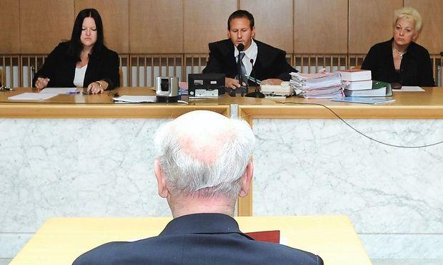 Der Angeklagte am Montag vor Gericht