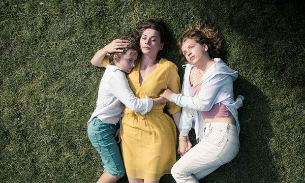 Eine Mutter kämpft für ihre Kinder und verliert jede Selbstachtung: Christiane Paul (Mitte) mit Claude Heinrich (links) und Lena Klenke.